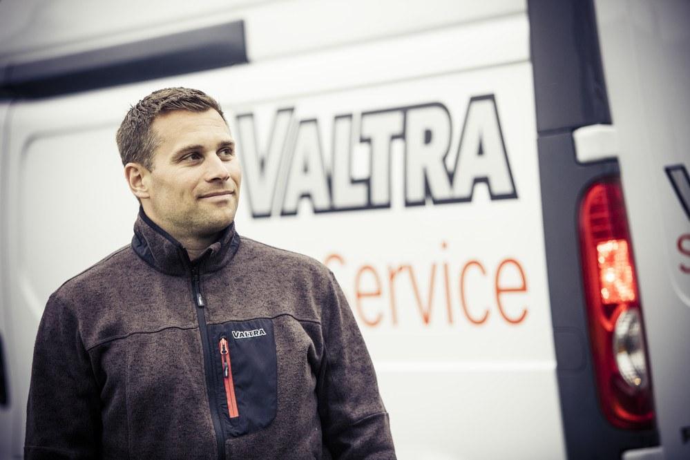 Osaava Valtran huoltoasentaja ja huoltoauto.
